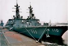 海上自衛隊護衛艦 左「おおなみ」右「たかなみ」