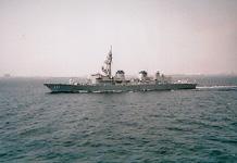 東京湾を航行する海上自衛隊護衛艦「おおなみ」