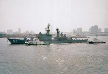 東京湾を航行する海上自衛隊ミサイル護衛艦「たちかぜ」