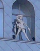 外壁にはセラムンの彫像