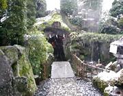 日本庭園に謎の洞窟が…